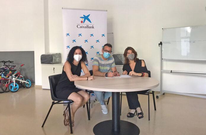 D´esquerra a dreta: Blanca Pérez (directora oficina Victoria de CaixaBank), Juan Vizcaíno (responsable de l'Associació juvenil Barnabitas) i Carme Garcia (directora de l´àrea de negoci de CaixaBank al Besòs).